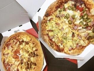 テーブルの上に座っているピザの写真・画像素材[4181529]