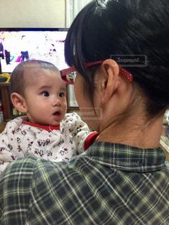 子ども,家族,親子,子供,人物,人,赤ちゃん,幼児,母,男の子,見つめる,ママ,お母さん,ママと子供