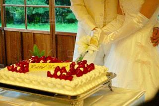 バースデー ケーキでテーブルに座っている女性の写真・画像素材[784480]