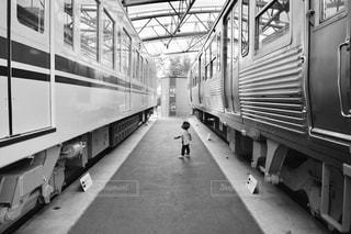 電車の駅で座っている人々 のグループの写真・画像素材[817207]