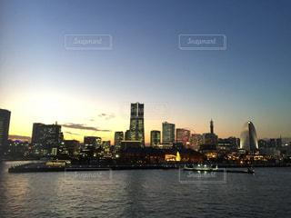 バック グラウンドで市と水の大きな体の写真・画像素材[957074]