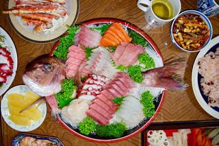 テーブルの上の皿の上に食べ物の束の写真・画像素材[1055386]