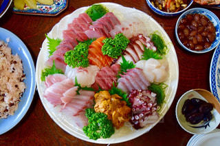 テーブルの上に食べ物のプレートの写真・画像素材[1055390]