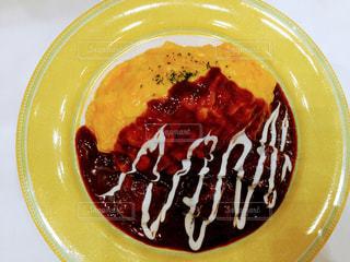 板の上に食べ物のボウルの写真・画像素材[1084835]