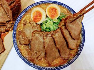 テーブルの上に食べ物のプレートの写真・画像素材[1084851]