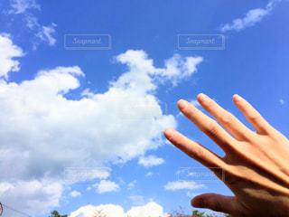 青い曇り空の人の写真・画像素材[1126598]