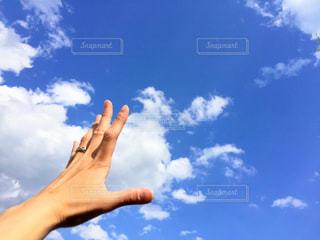 曇りの日に空気を通って飛んで人の写真・画像素材[1126599]