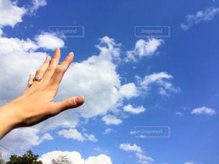 曇りの日に空気を通って飛んで人の写真・画像素材[1126600]
