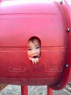 近くに赤い車に少年のの写真・画像素材[1215377]