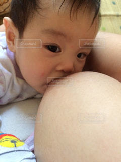 赤ん坊を持っている人の写真・画像素材[725303]