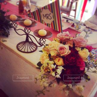 テーブルにバースデー ケーキのプレートの写真・画像素材[796043]