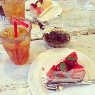テーブルの上に食べ物のプレートの写真・画像素材[809605]