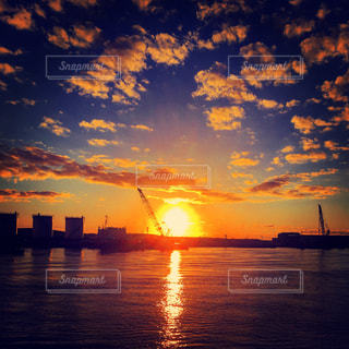 水の体に沈む夕日の写真・画像素材[983196]