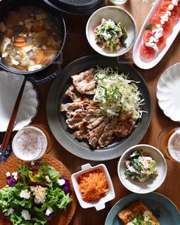 木製テーブルの上に座って食品の束 - No.1041570