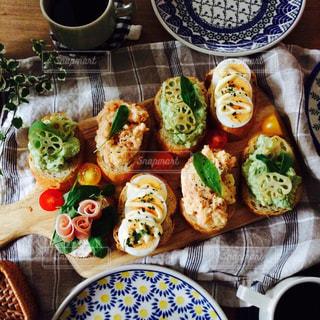 テーブルの上に食べ物の束の写真・画像素材[1149201]