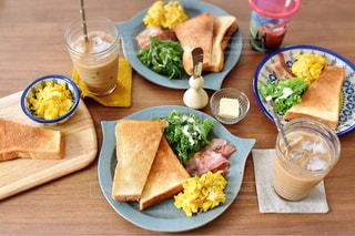 木製のテーブルの上に食べ物のプレートの写真・画像素材[1149209]