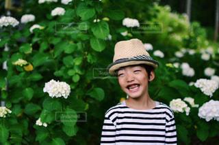 花の庭を持っている人の写真・画像素材[1377378]