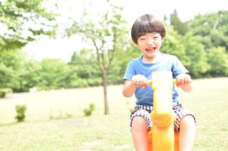 公園で遊ぶ男の子の写真・画像素材[2468605]