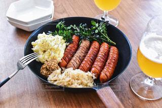 食べ物,おうちごはん,テーブル,野菜,皿,ビール,テーブルフォト,ソーセージ,木目,魚介類,ファストフード,ニンジン
