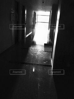 暗い部屋で人の写真・画像素材[853320]