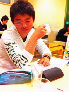 テーブルに座っている人々 のグループの写真・画像素材[892152]