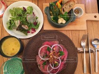 木製テーブルの上の皿にサラダ ボウルの写真・画像素材[745627]