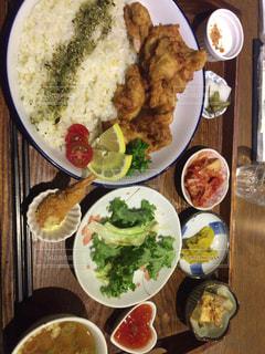 テーブルの上に食べ物のプレートの写真・画像素材[788517]