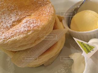 近くの皿にサンドイッチをの写真・画像素材[804817]
