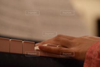 ピアノを弾く手 - No.842002