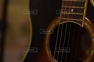 近くにギターのアップの写真・画像素材[842016]