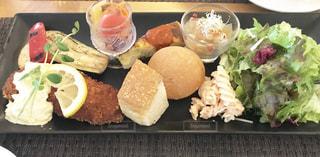 板の上に食べ物の種類でいっぱいのボックスの写真・画像素材[1166253]