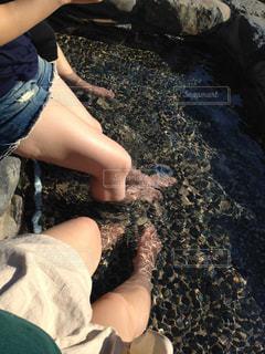 地面に座っている女性の写真・画像素材[752587]