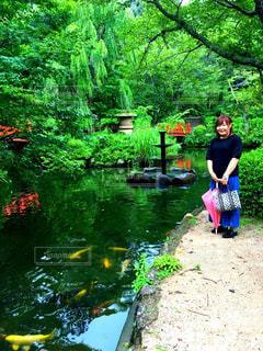 川の横に立っている人の写真・画像素材[756897]