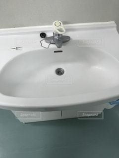 バスルームの鏡の下に座って白いシンクの写真・画像素材[758150]