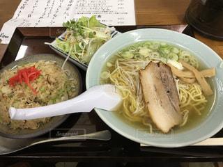 テーブルの上の皿の上に食べ物のボウル - No.762002