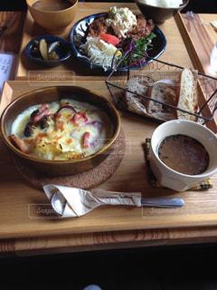テーブルの上に食べ物のプレートの写真・画像素材[762037]