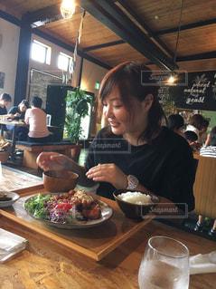 食事のテーブルに座っている人々 のグループの写真・画像素材[762038]