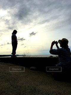 日没の前に立っている男の写真・画像素材[769409]