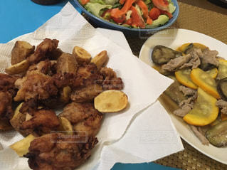 テーブルの上に食べ物のプレート - No.771858