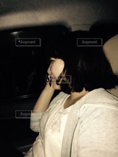 携帯電話で話す車の中の女性の写真・画像素材[774017]