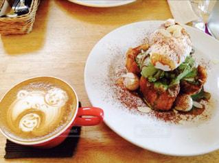 テーブルの上に食べ物のプレートの写真・画像素材[781004]