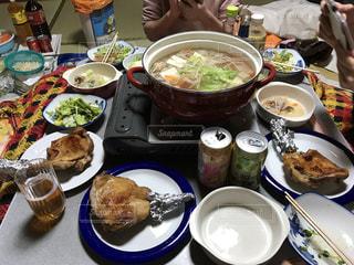 食品のプレートをテーブルに座っている人々 のグループの写真・画像素材[789294]