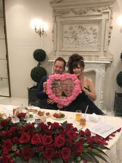テーブルの上のピンクの花の女性の写真・画像素材[822720]