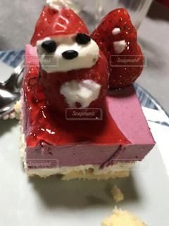 近くにチョコレート ケーキ皿の上の部分のアップの写真・画像素材[841623]
