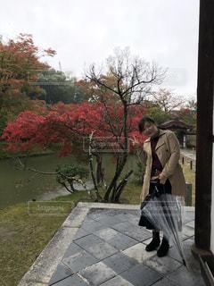 男と女の傘を保持している歩道を歩いての写真・画像素材[867995]