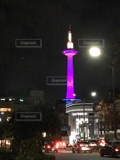夜のライトアップされた街の写真・画像素材[931456]