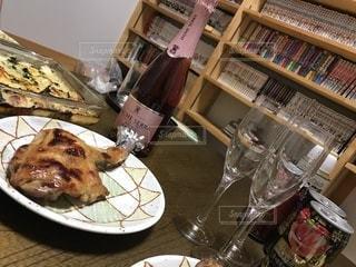 書店の棚の横のテーブルの上に食べ物のプレートの写真・画像素材[937207]