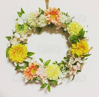 テーブルの上の花の花瓶の写真・画像素材[943897]