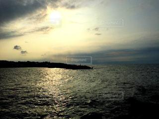 水の体に沈む夕日の写真・画像素材[962644]