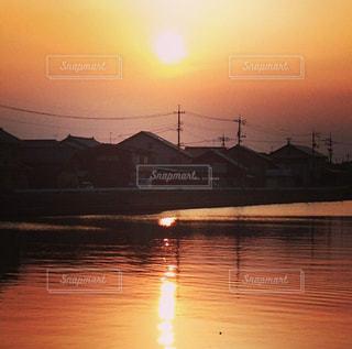 水の体に沈む夕日の写真・画像素材[966034]